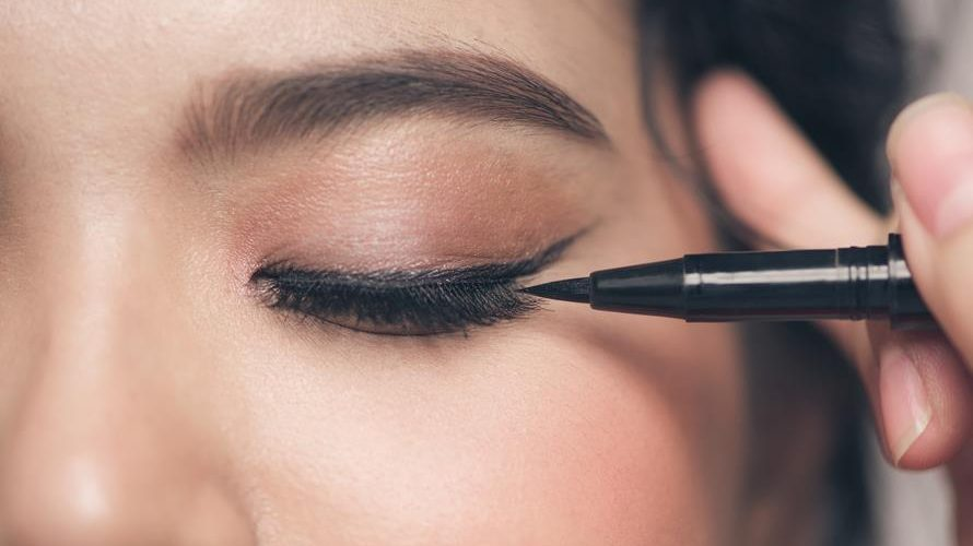 A Complete Buying Guide For The Best Eyeliner For Waterline